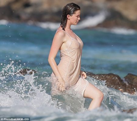 3a863fc400000578-3950358-confident_ireland_splashed_through_the_water_as_she_marched_towa-m-33_1479488768289