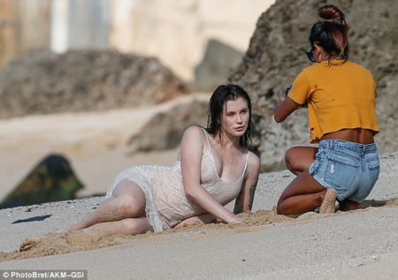3a8640c100000578-3950358-toes_in_the_sand_the_daughter_of_alec_baldwin_and_kim_basinger_w-m-32_1479488741211