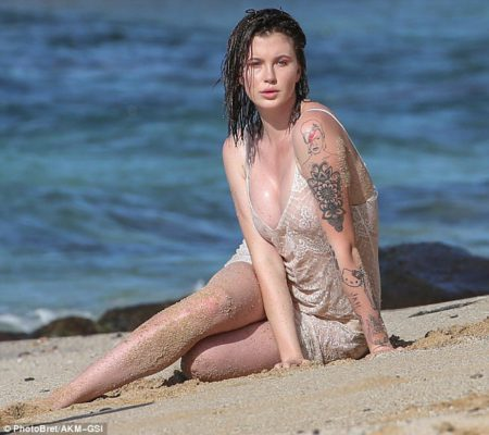 3a86416100000578-3950358-aloha_ireland_baldwin_turned_up_the_heat_during_a_photo_shoo_in_-m-20_1479488312328-1