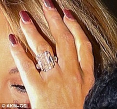 3b6f2ad800000578-4040148-it_has_a_ring_to_it_mariah_carey_46_sported_a_large_sparkler_on_-a-4_1481887584408