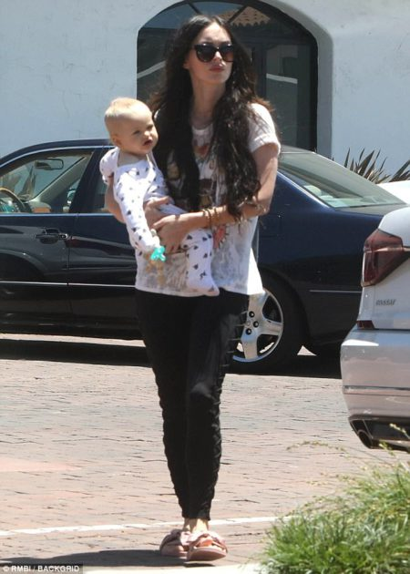 40494aa300000578-4503446-mommy_time_megan_fox_30_was_seen_carrying_9_month_old_son_journe-a-7_1494716319590